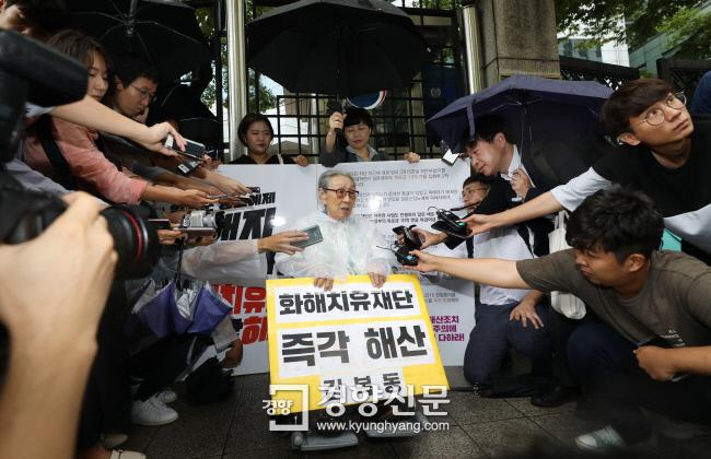 일본군 위안부 피해자인 김복동 할머니가 지난달 3일 서울 종로구 외교통상부 청사 앞에서 화해·치유재단 해산을 촉구하는 1인 시위를 하던 중 일본 아사히신문 기자(오른쪽 위)와 이야기하고 있다. 김창길 기자 cut@kyunghyang.com