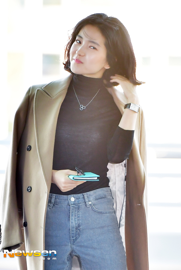 <p>Kim Tae-ri went abroad to New York City on October 7th with Incheon International Airport Terminal # 2 showing Airport fashion.</p><p>On this day, Kim Tae-ri is heading for departure.</p>