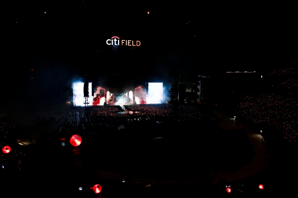 <p>Group Dark & ​​amp; Wild opened a cage of history with a performance in New York City Field with 40,000 Army (ARMY).</p><p>Dark & ​​amp; Wild began her World Tour LOVE YOURSELF performance at New York City Field, USA, at 7 pm (local time) on June 6.</p><p>Sugar said, It was a great honor, said RM, second in Billboard, starting a new tour, and giving a speech to United Nations. Its a great honor to have Jeans first stadium show in America. Thank you. Ami. The fourteen fans in the scene shouted at once.</p>