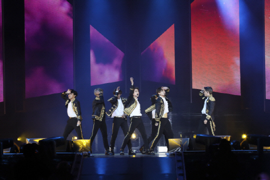 <p>Donggdeok kuk duller, uolsu, gejwaja is good</p><p>It is our voice spreading in City Field in New York. 40,000 fans from all over the world have sung songs in Korean. The New York subway has increased its special service, and its history is accompanied by a Hangul message. And on October 9, Hangul Day, 527 Stone Hangul Day Celebration in Dark & amp; Wild (BTS) was officially announced as the main character of the Culture Medal.</p><p>Do you need explanation? Dark & amp; Wild is the youngest winner ever and has been recognized for his contribution to the spread of Korean Wave and Hangul. World Many young people from all over the world are making an enormous influence, such as collectively singing Korean lyrics. Prime Minister Lee Nak-yeon added meaning by mentioning it directly at the Hangul Day ceremony.</p><p>At the 572 Stone Hangul Day Celebration held in front of the statue of Sejong the Great in Gwanghwamun Square in the morning of the 9th, Hang Nak-yeon, Lee Nak-yeon, I mentioned Wild. The prime minister said, King Sejong Hall, a Korean language course, has spread to 174 places in 57 countries. Young people of the world write and sing the words of Dark & amp Wild. I decided. </p><p>Of course Idol is the first. On the eve of the day before, the spokesman of Cheong Wa Dae said, We decided to award the Dark Medal to all the members of Dark & amp; Wild in the Cabinet meeting held in Cheong Wa Dae presided by President Moon. Medal of Culture is a 5th grade Medal of Culture awarded to people who have contributed to the development of national culture and national development by making a contribution to the development of culture and arts. The most popular people in the mass culture are Baek Nam Bong, Song Hae, Cho Yong Pil, Lee Su Man, Lee Mija, Bae Yong Joon, and Sai.</p><p>It is dominant that the industry deserves enough. Especially Dark & amp; Wild has put Korean traditional songbirds such as Dengdok Kung Doller, Ellsu and Jiwijaeo in Idol, the album title of L
