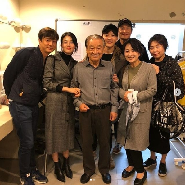 <p>Jang Seung-jo watched the Lee Soon-jae performance with MBC drama Money Flower.</p><p>Actor Jang Seung-jo told his instagram of October 10, Lee Soon-jae, the charm of the castle, was the time when all the audience seemed to look on the stage with the same heart. Money Flower actors And posted a picture and a photo.</p><p>Inside the picture is a picture of Jang Seung-jo, who is standing side by side with Money Flower actors and Lee Soon-jae. Jang Seung-jo is laughing brightly with his hands on Lee Soon-jaes shoulder. The atmosphere of the actors fireflies is outstanding.</p><p>The fans who came to see the photos responded to I am handsome when I watch a hundred times, Money Flower is a drama that lasts a long time.</p><p>Jang Seung-jo and Lee Soon-jae appeared on Money Flower last February.</p>