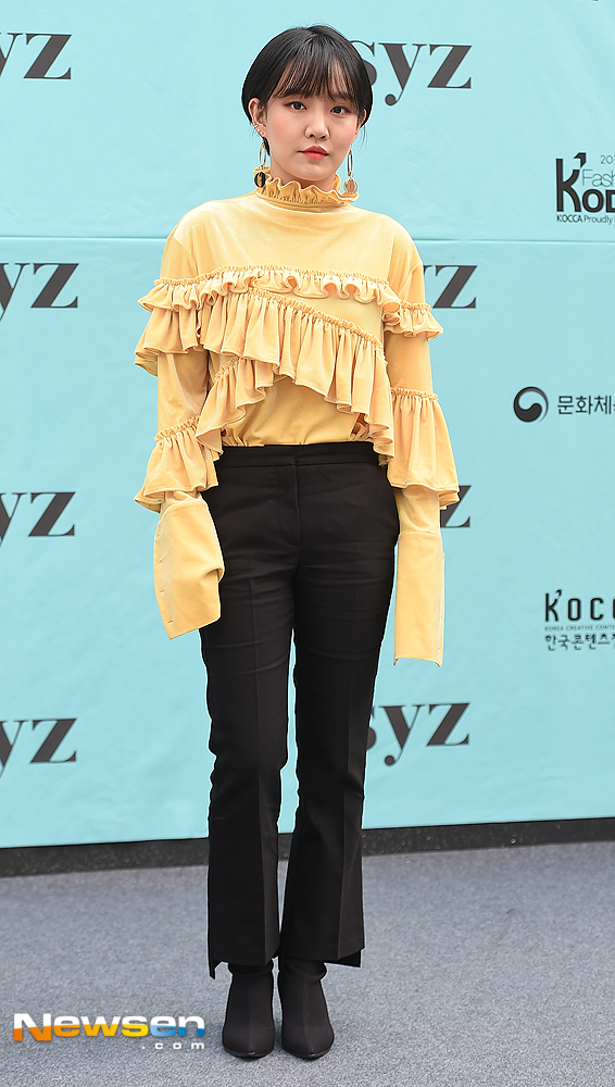 <p>Fashion Code (Fashion KODE) 2019 S / S Photo Wall was held at Seongsu-dong Es Factory in Seongdong-gu, Seoul on October 10th.</p><p>Singer Younha is taking a pose this day.</p>