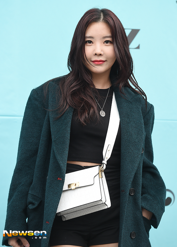 <p>Fashion Code (Fashion KODE) 2019 S / S syz Photo Wall was held at Seongsu-dong Es Factory, Seongdong-gu, Seoul,</p><p>On that day, after school Reina is posing.</p>