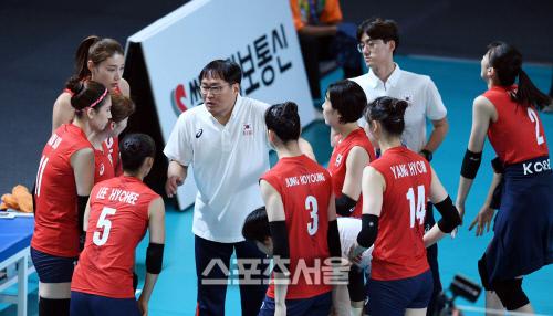 2018 아시안게임 여자배구 한국과 카자흐스탄의 경기가 21일 인도네시아 자카르타 겔로라 붕 카르노(GBK) 배구장에서 열렸다. 차해원 감독이 작전지시를 하고 있다. 자카르타(인도네시아)   최승섭기자 thunder@sportsseoul.com