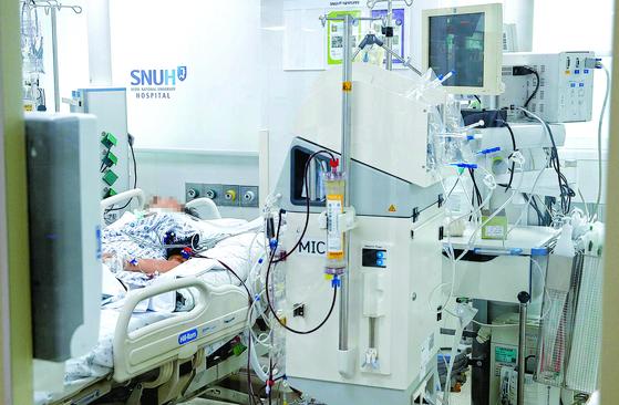 중환자실에서 연명의료를 하다 숨지는 사람은 한 해 3만~5만 명에 달한다. 서울의 한 대학병원 중환자실에서 환자가 연명의료 장치를 달고 있다. [중앙포토]