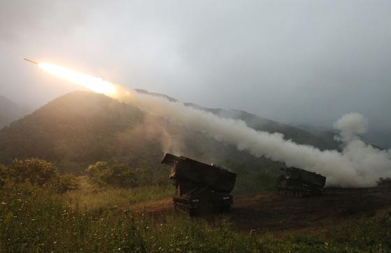 주한미군 훈련 도중 미군 다연장로켓시스템에서 발사되는 미사일. [AP=연합뉴스]
