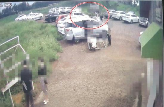 지난달 4일 제주시 한림읍 한 목장에서 발생한 2세 여아 사망사고 직전 모습.  흰색 경차(붉은색 선 원안)가 주차장을 빠져나오고 있다.  CCTV영상 캡처