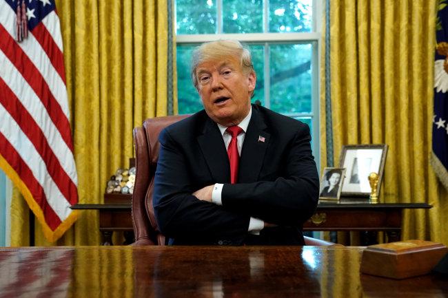 """도널드 트럼프 미국 대통령이 10일(현지시간) 백악관 집무실에서 기자들의 질문에 답하고 있다. 트럼프 대통령은 이날 기자들과 만나 강경화 외교장관의 `5·24 제재` 해제 검토 발언에 관한 질문을 받고 """"그들은 우리의 승인 없이는 아무것도 하지 못한다""""고 말했다. 북한의 추가적 비핵화 조치 없이는 제재완화가 이뤄질 수 없다는 원칙을 재확인했다.[사진=연합뉴스]"""