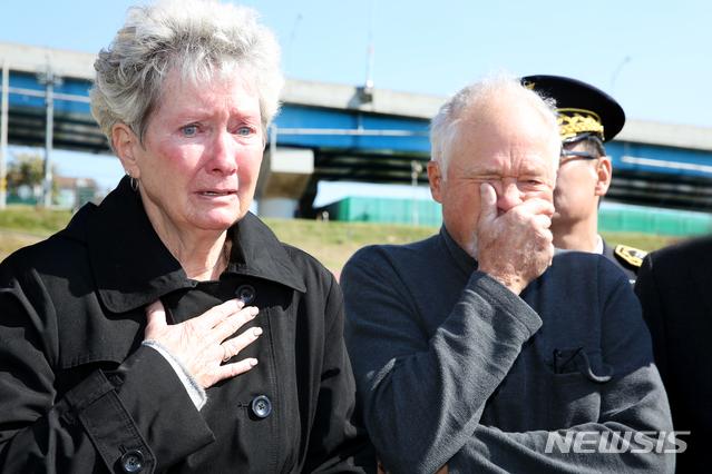 한국전쟁 때 실종된 미군 중위의 아들과 딸이 칠곡 낙동강을 찾아 아버지를 그리워하며 울먹이고 있다