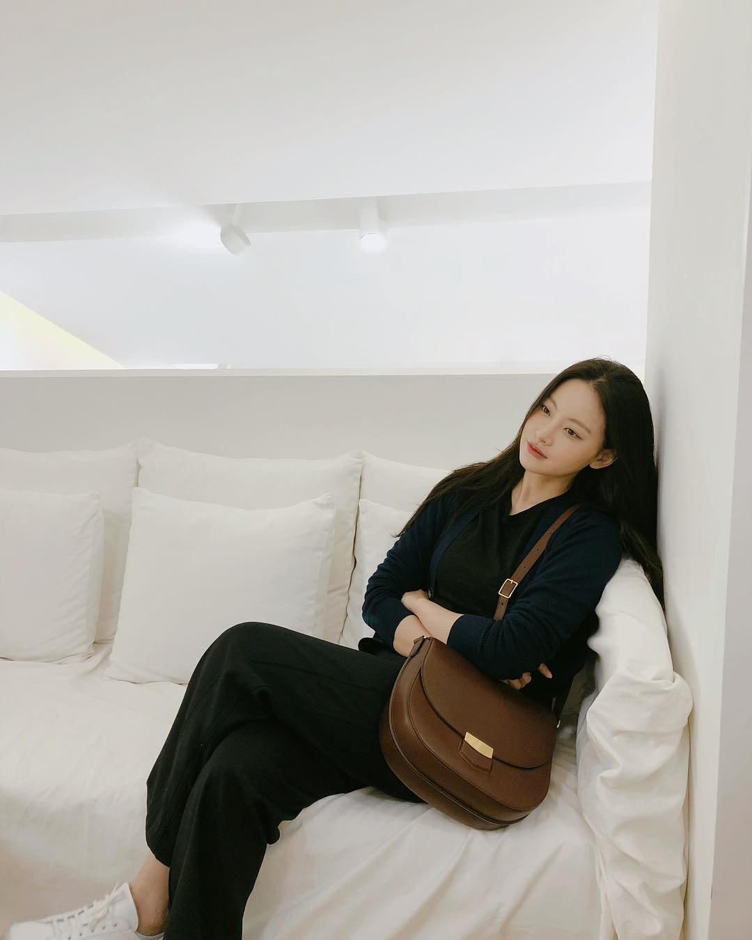 <p>On the 11th, Oh Yeon-seo made a photograph of her sitting on the couch wearing an all-black fashion in a white background through her Instagram.</p><p>Contrasting with the white background all over, the all-black fashion emphasizes Hers chic charm rather. Especially, Her looks in Vada looking somewhere with his arms folded while creating a cool atmosphere.</p>
