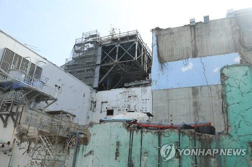 사고 상흔 남은 후쿠시마 원전 (후쿠시마 제1원전=연합뉴스) 김병규 특파원 = 6년전 사고의 흔적이 그대로 남아있는 후쿠시마(福島) 제1원전의 원자로 건물 외부 모습. 원자로 건물 외부는 사고 당시처럼 벽의 일부가 떨어져 나가 있고 지붕 쪽에서는 수소 폭발로 무너져 내린 지붕이 자갈 더미가 돼 남아 있다. 2017.2.27 bkkim@yna.co.kr (끝)