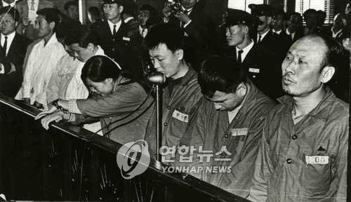 1969년 사형 선고를 받고 재판부를 바라보는 이수근씨(오른쪽). [연합뉴스 자료사진]