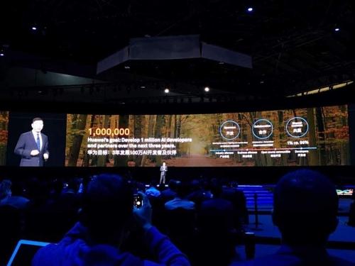 """윌리엄 쉬 화웨이 최고 전략 마케팅 책임자(CSMO)는 11일 중국 상하이 월드 엑스포전시장(SWEECC and Expo Center)에서 개막한 ICT 콘퍼런스 '화웨이 커넥트 2018' 기조연설에서 """"향후 3년간 100만명의 AI 전문가와 파트너를 양성하겠다""""라고 말했다. 2018.10.11 [공동취재단 제공=연합뉴스]"""