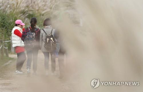'쌀쌀해진 가을, 두꺼워진 외투' [연합뉴스 자료사진]