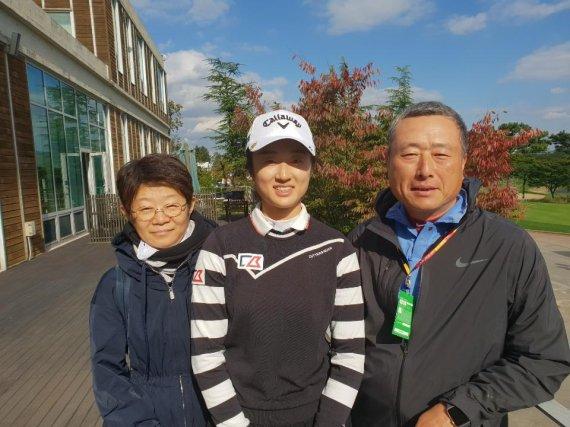 11일 인천 영종도 스카이72골프앤리조트 오션코스에서 열린 LPGA투어 LPGA KEB하나은행 챔피언십 1라운드를 마친 뒤 한국계 중국인 리우 유(가운데)가 부모님과 포즈를 취하고 있다. 한국계 어머니와 중국인 아버지 사이에서 태어난 루이는 올 시즌 루키로 활동중인 기대주다.