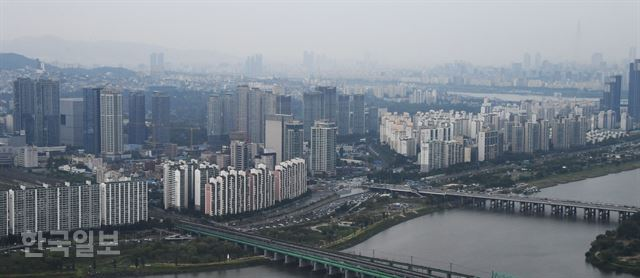 지난 8월 한강 변 서울 용산구 아파트 단지의 모습. 오대근 기자