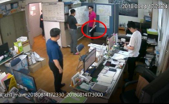 """[단독] 40cm칼로 시민 위협 경찰 """"요리 좋아해"""" 황당 무혐의"""