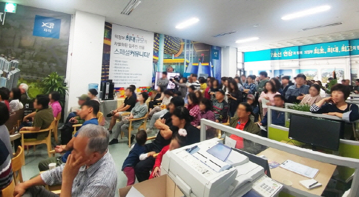 탑석센트럴자이 홍보관에서 모인 인파 [사진 GS건설]