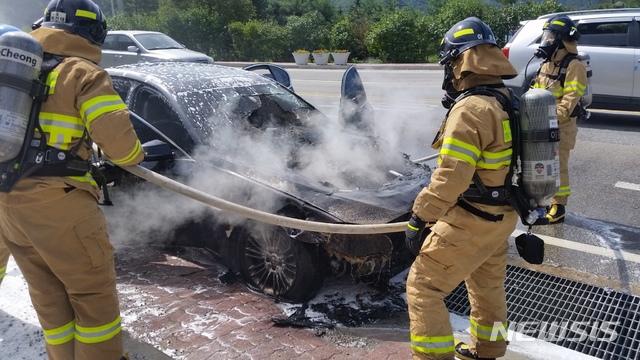 【평창=뉴시스】박종우 기자 = 24일 오전 평창군 방림면 방림리에서 BMW 520d 엔진룸이 전소해 2255만원의 재산 피해가 발생했다. 2018.09.24. (사진=강원도소방본부 제공) photo@newsis.com