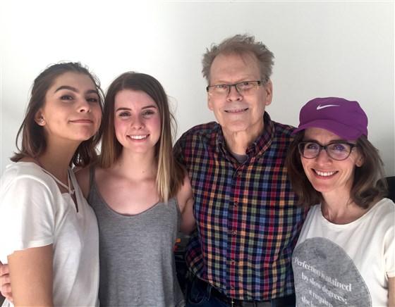 왼쪽은 성년인 두 딸, 오른쪽은 제니와 마이크 스티븐스 부부.