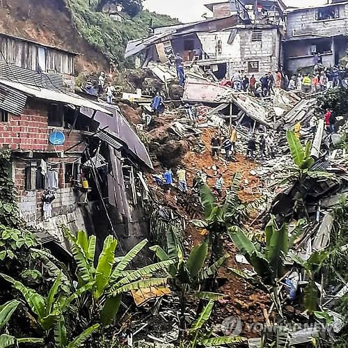 콜롬비아 산사태 구조현장 (보고타 AFP=연합뉴스) 폭우로 산사태가 발생한 콜롬비아 중부 칼다스주 마르케탈리아시의 사고 현장에서 11일(현지시간) 소방대원들이 구조작업을 벌이고 있다. 현지 언론에 따르면 한밤중에 발생한 이날 산사태로 흙더미가 산비탈의 가옥 수 채를 덮쳐 잠자던 어린이 4명을 포함해 11명이 숨지고 4명이 다쳤다. ymarshal@yna.co.kr (끝)