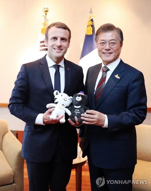 작년 7월 독일 함부르크에서 문재인 대통령이 에마뉘엘 마크롱 프랑스 대통령에게 평창동계올림픽 마스코트를 선물한 모습 [연합뉴스 자료사진]