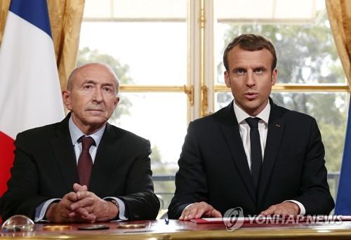 에마뉘엘 마크롱 프랑스 대통령(오른쪽)과 제라르 콜롱 내무장관 [AP=연합뉴스 자료사진]