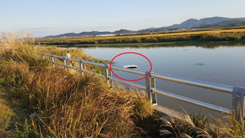 수로에 추락한 승용차 [전남 영암경찰서 제공]