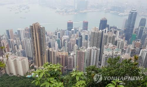 빅토리아 언덕에서 내려다본 홍콩의 아파트촌 (홍콩=연합뉴스) 안승섭 특파원 = 홍콩의 아파트 가격이 천정부지로 치솟으면서 홍콩 정부가 아파트 가격을 안정시킬 대책 마련에 부심하고 있다.   사진은 빅토리아 언덕에서 내려다본 홍콩 아파트촌 모습. 2017.12.27 ssahn@yna.co.kr
