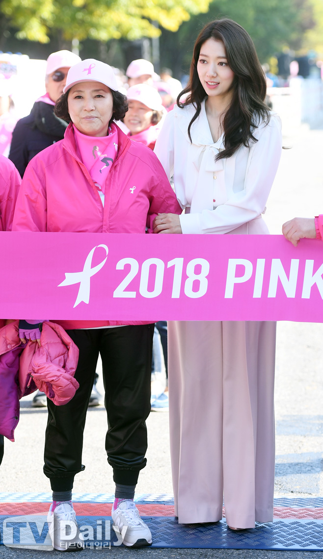 <p>Actor Park Shin-hye attended the 2018 Pink Run Seoul Tournament held at Yeoido Park in Seoul on the 14th.</p><p>Actor Park Shin-hye is wearing Go Doo-shims arms.</p><p>Meanwhile, Park Shin-hye recently made a Confirm appearance in the movie Ashley Cole.</p><p>2018 Pink Run Seoul Convention</p>