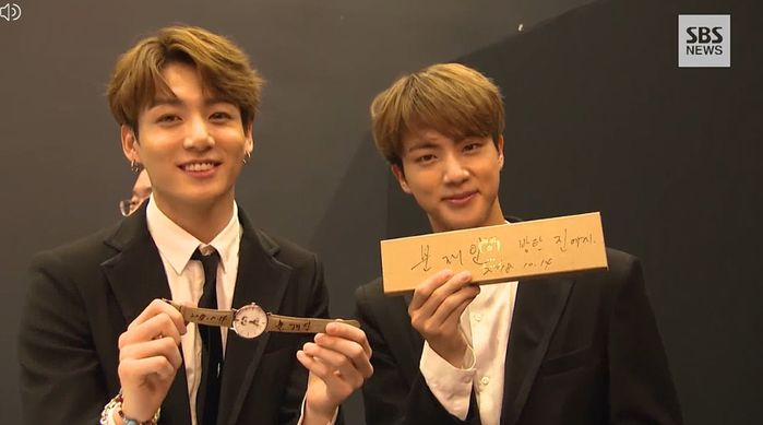 <p>Dark & amp; When Wild first met President Moon Jae - in, he was signed on a commemorative clock called Ini clock.</p><p>On the 14th at the Treasury Art Theater in Paris, France, Dark & amp; Wild was invited as the representative of the Korean Wave idol and set up the stages of DNA and IDOL.</p><p>Dark & amp; The concert was attended by more than 400 people including the President and Mrs. Moon Jae-in, 200 people from France, about 100 Korean fans from France, about 20 Korean Studies students from 7 universities in Paris, and Korean invited guests.</p><p>Dark & amp; Wild greeted President Moon Jae - in after the concert. Dark & amp; Wild received a congratulatory speech from the Blue House when she was first in the Billboard and received the Gift at Inney clock last month at the United Nations General Assembly meeting Mrs. But Dark & amp; This was the first time Wild met President Moon Jae-in.</p><p>Dark & amp; Wild shared a handshake and hug with President Moon Jae - in. In addition, the members brought the clock and boxes directly from President Moon Jae-in, and signed a letter to President Moon to collect the topics.</p><p>Dark & amp; Wild s government has been worn at the official ceremony of the In Gift clock after the UN General Assembly speech. He appeared on ABC Talk Show Good Morning America last month on March 26, wearing a clock, and many times he was caught in the clock while he was broadcasting.</p>