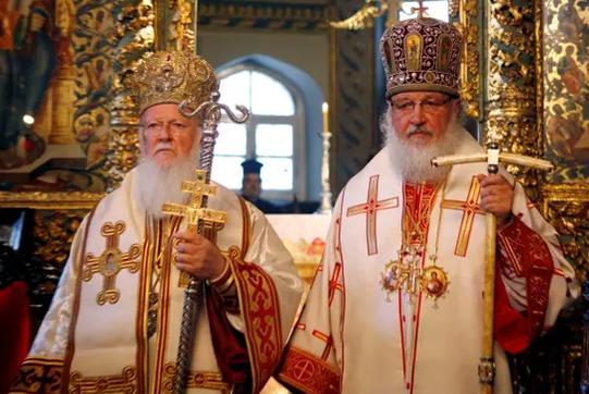 콘스탄티노플의 바르톨로메우스 1세(왼쪽)과 러시아의 키릴(오른쪽) 교주 /가디언