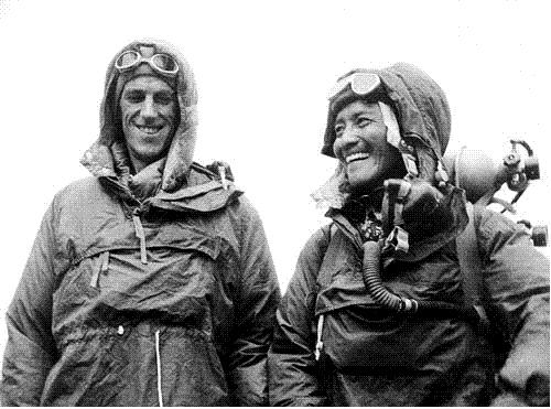 에베레스트 등정 당시 복장으로 포즈를 취하고 있는 에드먼드 힐러리(왼쪽)와 셰르파 텐징 노르가이. AP·연합뉴스