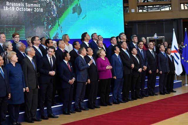 아셈(ASEM·아시아유럽정상회의) 정상회의 참석한 각국 정상들이 한자리에 모여 기념촬영을 준비하고 있다. 로이터=연합뉴스