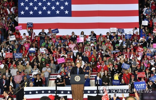 도널드 트럼프 미국 대통령이 지난 13일 켄터키주에서 중간선거 지원유세를 하는 모습 [AP=연합뉴스]