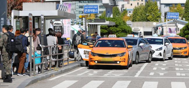 카카오 카풀 서비스 진출에 반대하는 택시업계 종사자들이 24시간 파업을 마치고 정상영업에 들어간 19일 오전 서울역 앞에서 택시들이 승객을 기다리고 있다. [사진=연합뉴스]