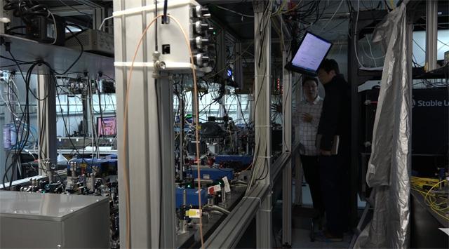 칭화대는 최근 원자의 중첩상태를 10분 동안 유지하는 기록을 세웠다.