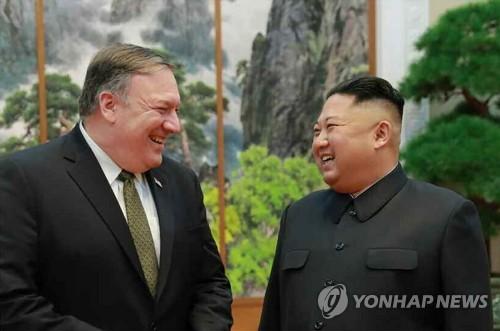 김정은 북한 국무위원장(오른쪽)과 마이크 폼페이오 미국 국무장관 [북한 노동신문 제공]
