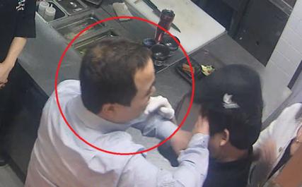 교촌에프앤비 권모 신사업본부장(당시 사업부장)이 2015년 3월 25일 저녁 9시쯤 대구 수성구 교촌치킨 직영 한식 레스토랑 '담김쌈' 주방에서 자신을 말리려는 직원의 얼굴을 밀치고 있다./ CCTV 캡처