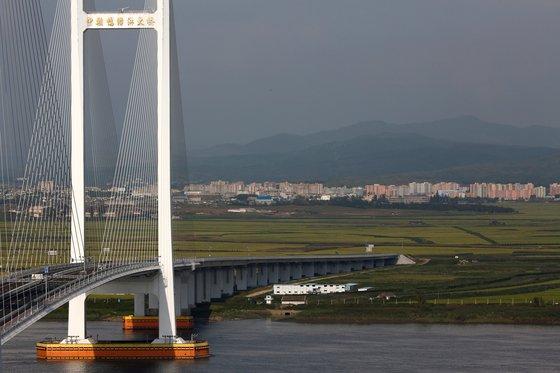 중국 단둥과 북한 신의주를 잇는 신압록강대교 건너 북측 지역 전경. [중앙포토]