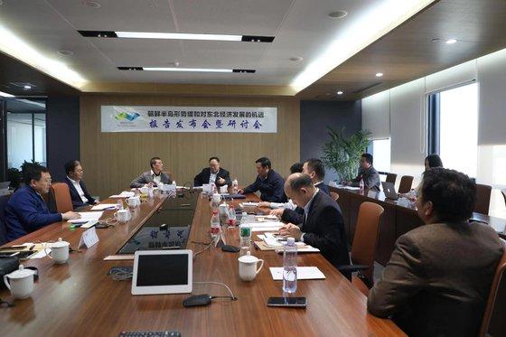 24일 베이징에서 중국 민간 싱크탱크인 차하얼 학회가 주최한 '한반도 정세 완화와 동북지방의 경제발전 기회' 세미나에 참석한 학자들이 북한 경제 개발 방안을 논의하고 있다. [차하얼학회 제공]