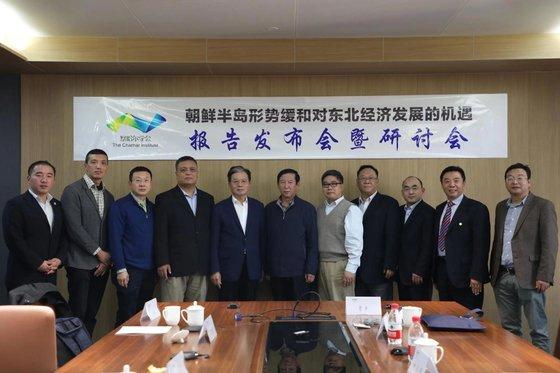 24일 베이징에서 중국 민간 싱크탱크인 차하얼 학회가 주최한 '한반도 정세 완화와 동북지방의 경제발전 기회' 세미나에 참석한 학자들이 기념촬영을 하고 있다. 닝푸쿠이(왼쪽에서 다섯번째) 전 주한 중국대사 등 한반도 전문가들이 참석했다. [차하얼학회 제공]
