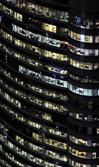 정보기술(IT) 업계 노동자들이 어둠이 내려앉은 시간에도 테헤란로의 한 건물 사무실에서 일하고 있다. IT 업계 프리랜서 10명 중 6명이 과도한 업무와 임금체불 등으로 중도하차한 경험이 있다는 조사 결과가 나왔다. 경향신문 자료사진