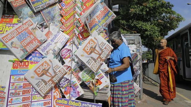 마힌다 라자팍사 신임 총리 임명 소식을 전하는 스리랑카 신문이 거리에서 판매되고 있다. 콜롬보=AP 연합뉴스