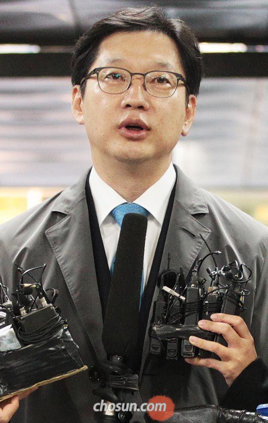29일 오전 김경수 경남지사가 서울중앙지법에 도착해 취재진의 질문에 답하고 있다. /장련성 객원기자