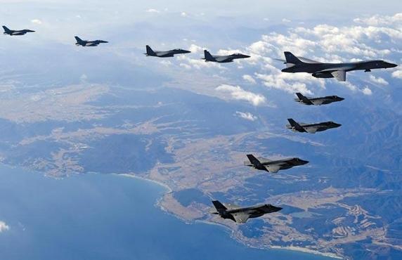 작년 12월 한·미 연합공중훈련 '비질런트 에이스' 기간에 미국의 장거리 전략폭격기 B-1B 랜서(오른쪽 맨 위)가 한반도 상공에서 한·미 전투기들과 편대비행을 하고 있다. /공군 제공