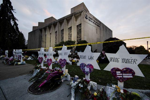 총기난사 사건이 발생한 피츠버그 트리오브라이프 회당 바깥쪽에 희생자들의 이름이 적힌 다윗의 별이 걸려있다. 피츠버그=AP 연합뉴스