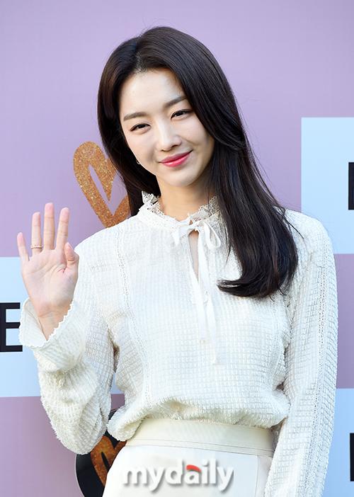 ▲ 장희진 '눈부셔도 미소는 잃지 않아요'