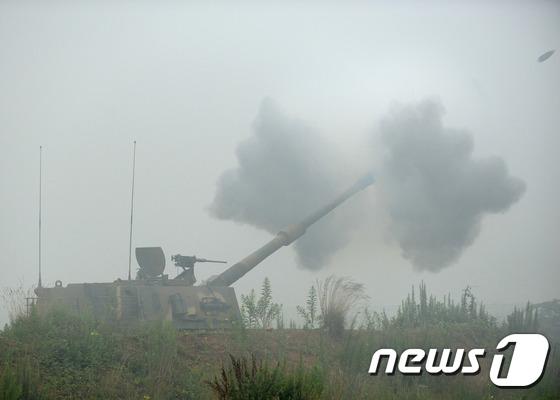 서북도서방위사령부에서 해상사격을 실시한 28일 백령도 해병대6여단의 K-9자주포가 불을 뿜고 있다. (해병대 사령부 제공) 2016.7.28/뉴스1