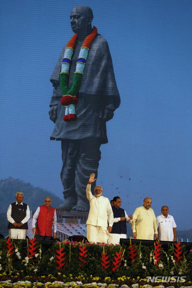 【나라마다(구자라트)=AP/뉴시스】나렌드라 모디 인도 총리(가운데)가 31일 구자라트 주 나라마다에서 열린 '통일의 동상' 공개식에 참석해 손을 흔들며 축하하고 있다. 2018.10.31.